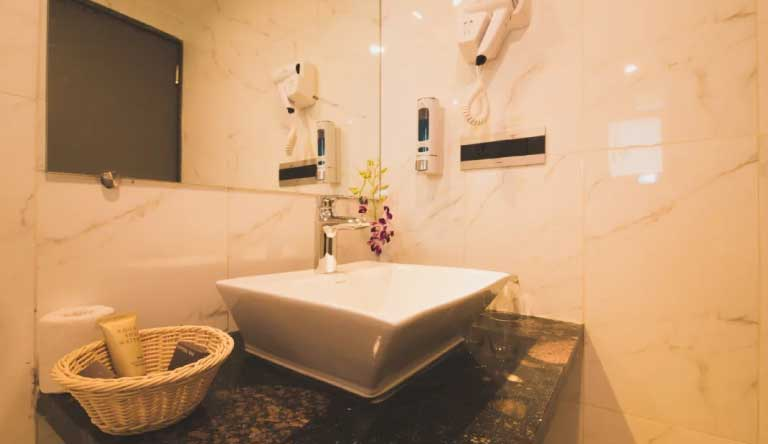 Quality-Inn-Ocean-Palms-Goa-Resort-Palm-Superior-Room-Washroom.jpg
