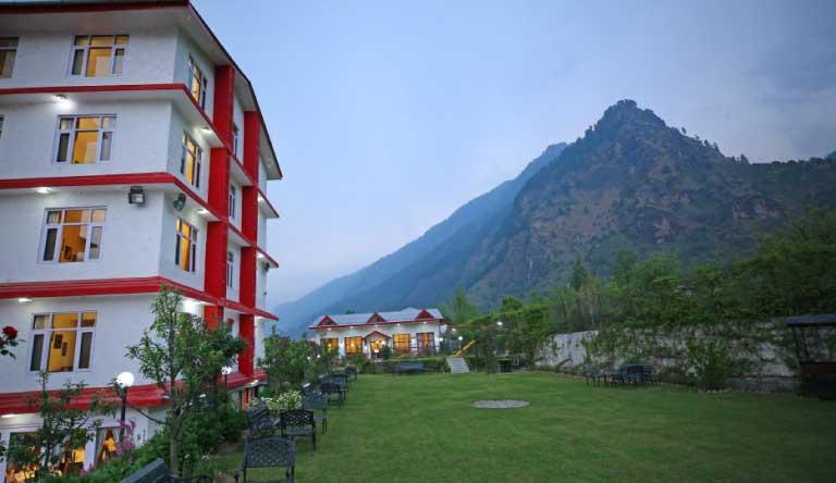 De-Vivendi-Resorts-Manali-Lawn2.jpg