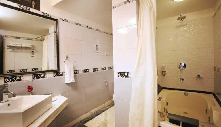 De-Vivendi-Resorts-Manali-Premium-Room-Washroom.jpg
