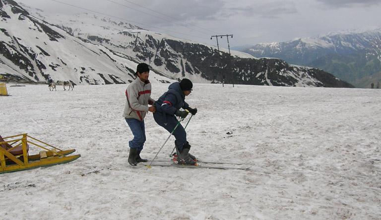 snow-sketting-rohtang-pass-manali-himachali-india