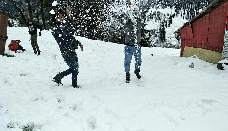 solang-valley-snow-playing-manali-himachal-india