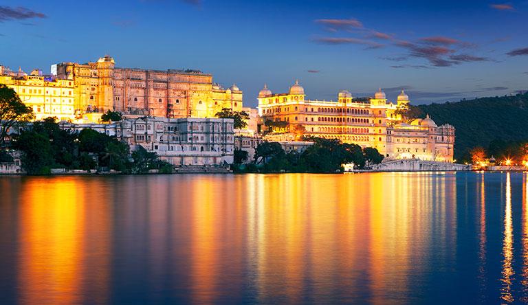 city-palace-and-pichola-lake-udaipur-rajasthan-india