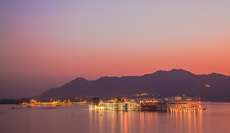 lake-pichola-at-night-udaipur-rajasthan-india