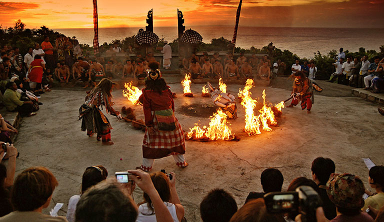 hanoman-kecak-dance-uluwatu-sunset-bali-indonesia