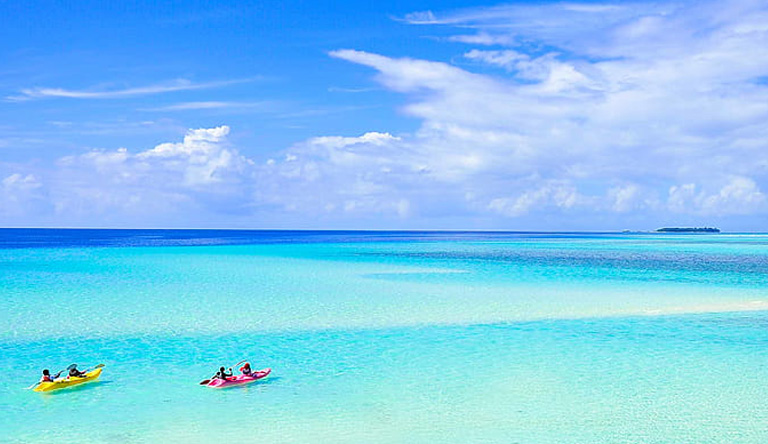 couple-travel-honeymoon-male-maldives