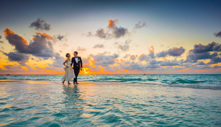 honeymooners-at-beach-male-maldives